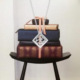 WG7551-valkokultainen-riipus-kaulakoru-puro-tammi-jewellery-tammen-koru-lahjaidea-finnish-design-shop-verkkokauppa-koru