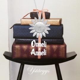 Onneli-ja-Anneli-elokuva-koru-ystävyys-kukka-riipus-M-tammi-jewellery-finnish-design-shop-verkkokauppa-koru