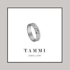 WG1678-valkokultainen-tammi-kihlasormus-vihkisormus-tammi-jewellery-finland-tammen-koru-sormus suomessa käsityönä kierrätyskullasta valmistettu