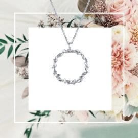 WG7574-valkokultainen-seppele-riipus-kaulakoru-flower-crown-tammi-jewellery-tammen-koru-finnish-design-shop-verkkokauppa-valkokulta-koru